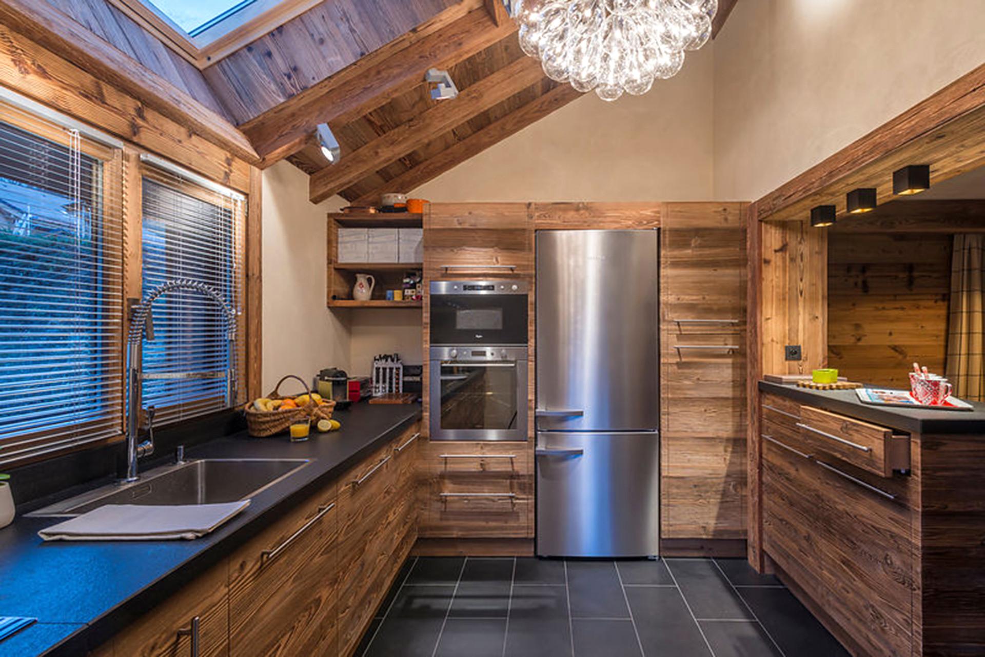 Угловая кухня в стиле шале с мансардным окном