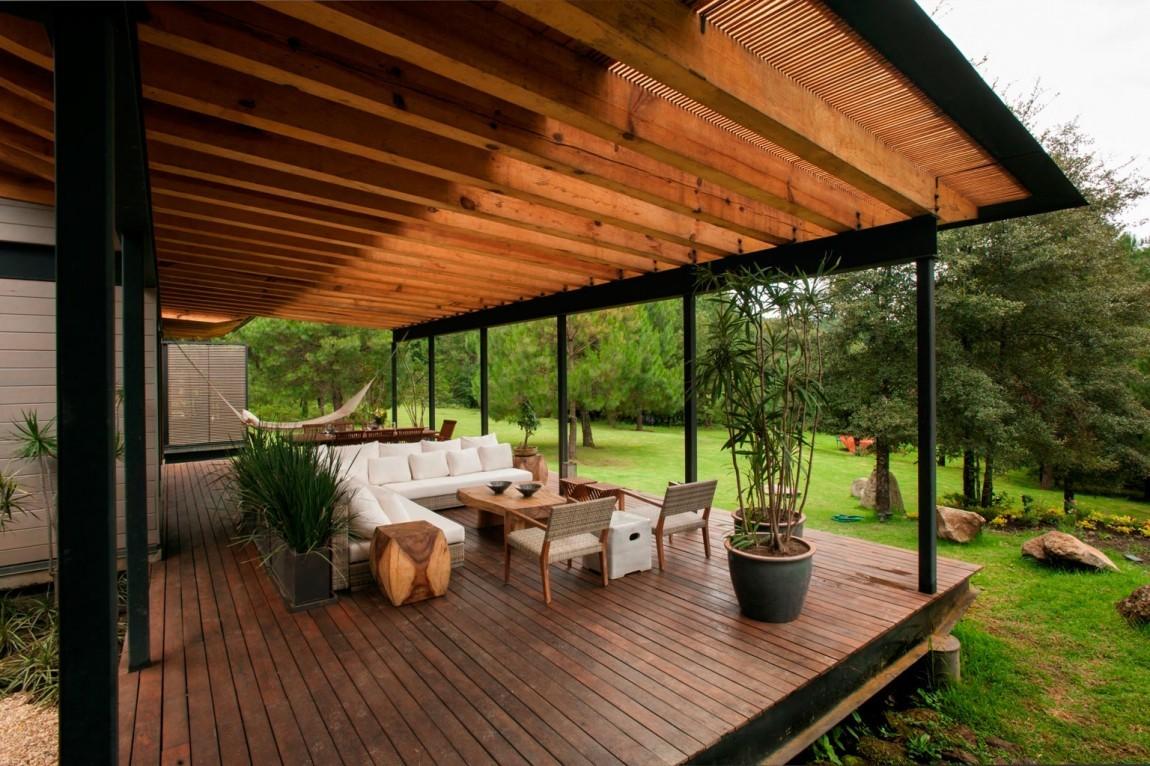 Отличительной чертой террасы является отсутствие стен и крыши, что позволяет отдыхать на открытом воздухе с весны до осени.