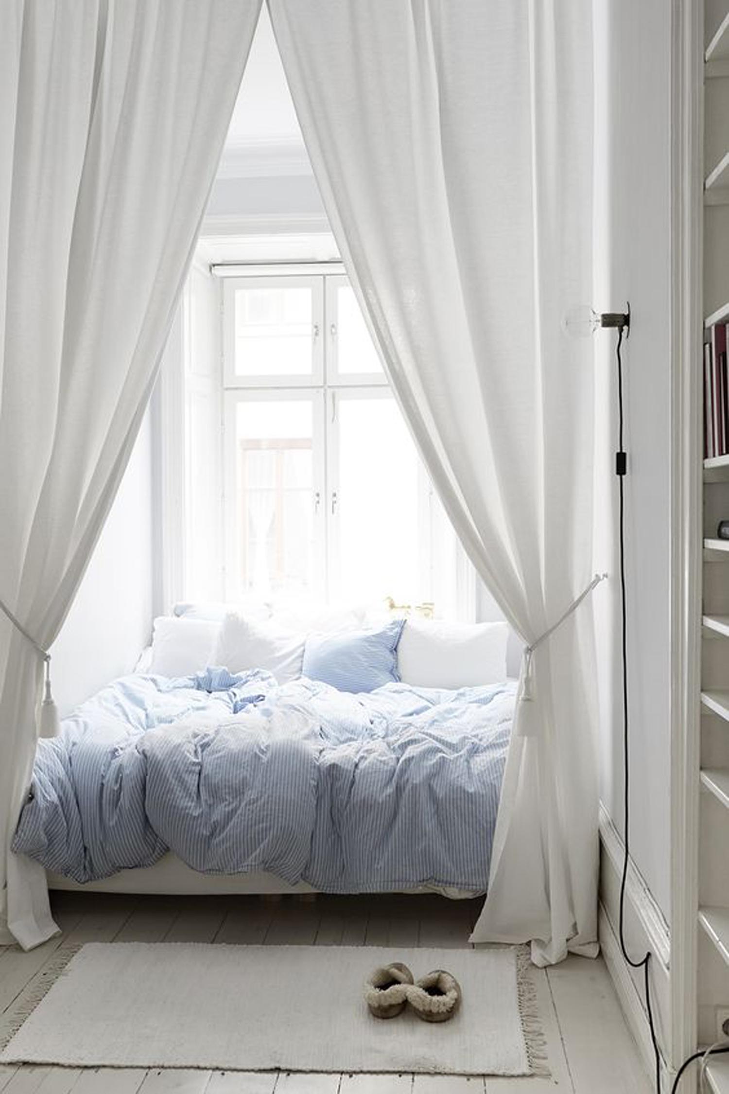 Уютное спальное место у окна