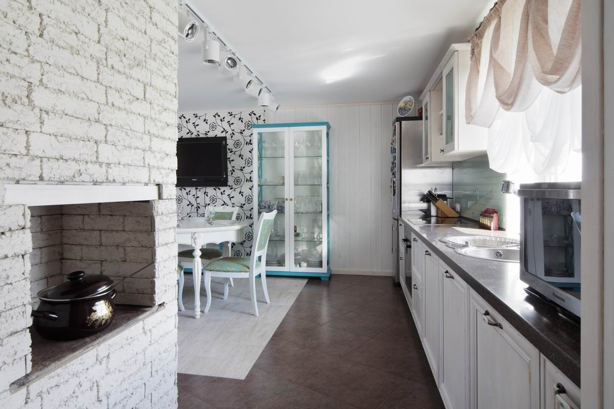 Скандинавский стиль привнесет в интерьер легкость, светлые цвета и пастельные оттенки поверхностям кухонной мебели и текстилю.