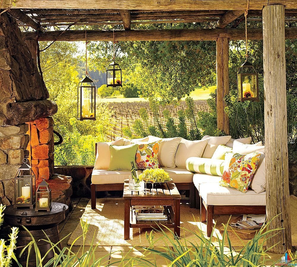 Выставьте контейнеры с крупномерными растениями, высадите многолетние и однолетние растения и цветы. Разместите удобную садовую мебель и наслаждайтесь результатом своих стараний!