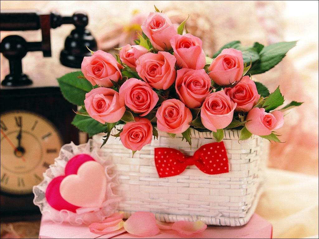 Милая плетеная корзиночка с букетом роз или цветущими гиацинтами,нарциссами и крокусами.