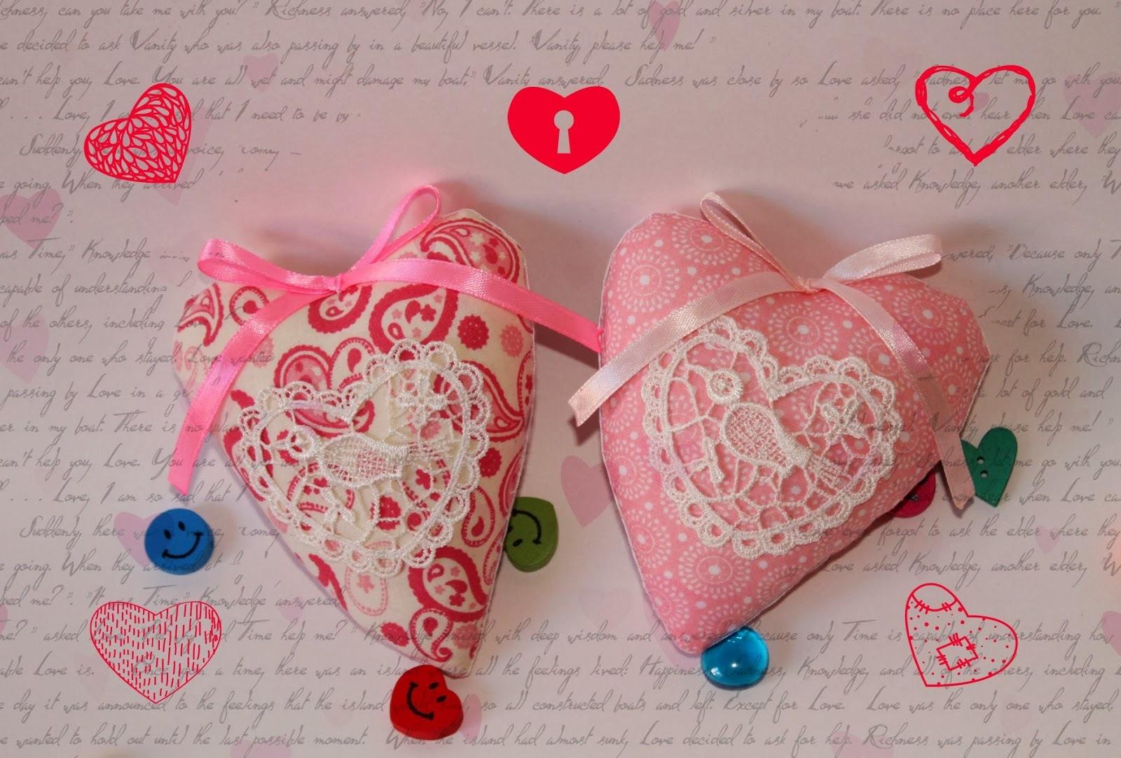 Декор для интерьера:сердечки из ткани, кружева и бусин.
