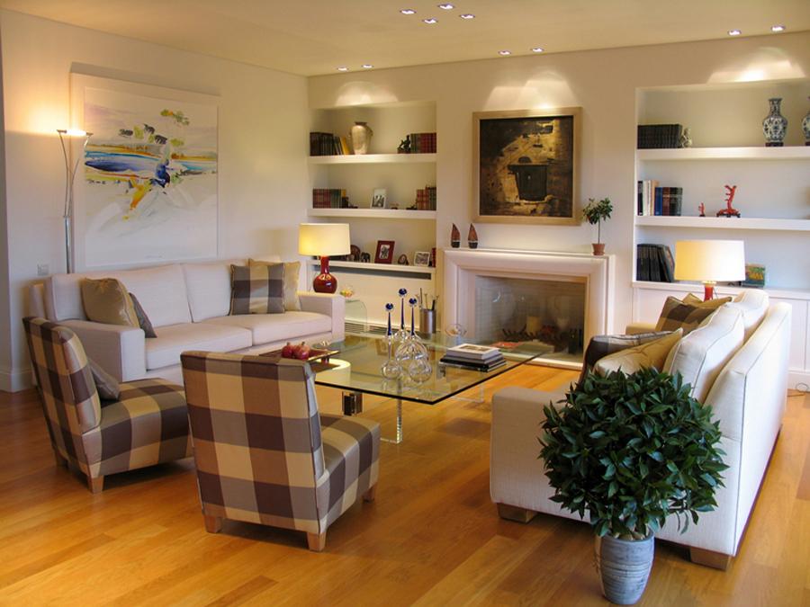 Дизайн гостинной, дополняем мебелью: диван, шкаф, кресла и стулья, небольшой столик. Только самое необходимое.