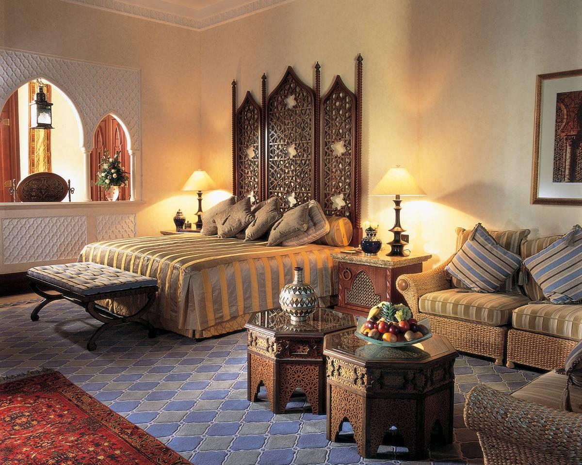 Мебель сделана ремесленниками из дерева, поэтому она добротная, практичная и украшена резьбой и узорами, выгравированными на поверхностях.