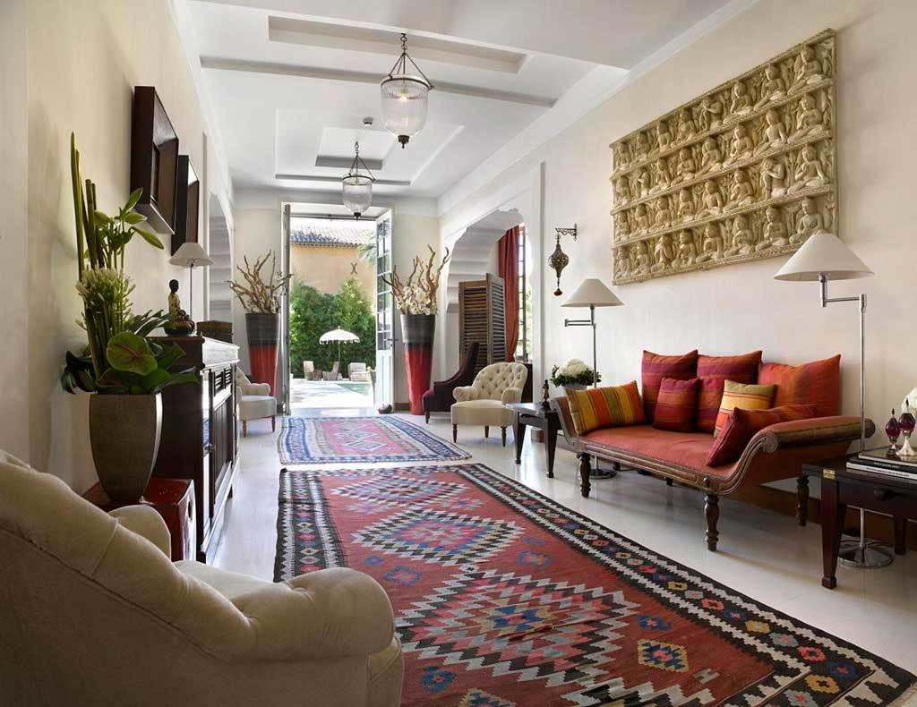 В декоре гостиной в индийском стиле, обязательно используются крупные напольные вазы, украшенные узорами.