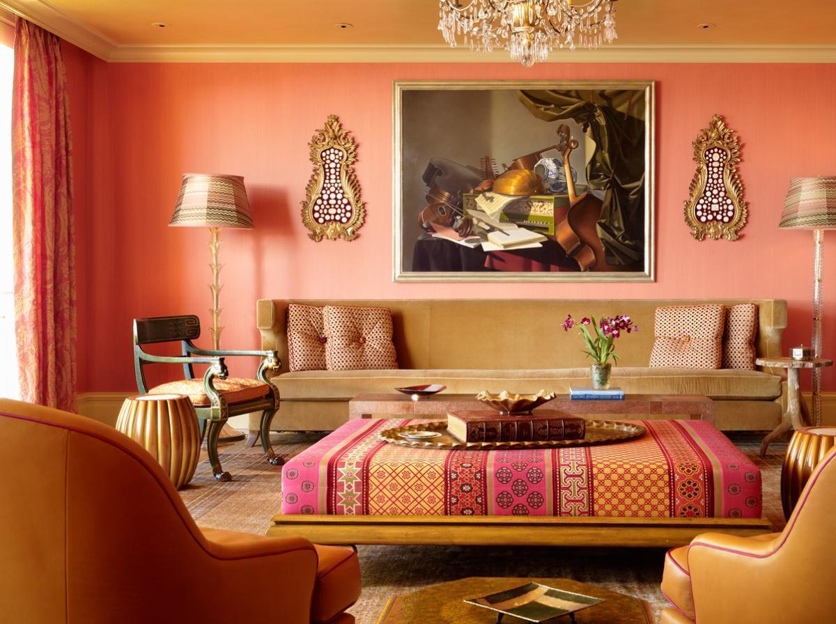 Традиционным фоном в индийских  гостиных являются белый, бежевый, песочный, карри, персиковый, розовый, голубой и даже синий цвета.