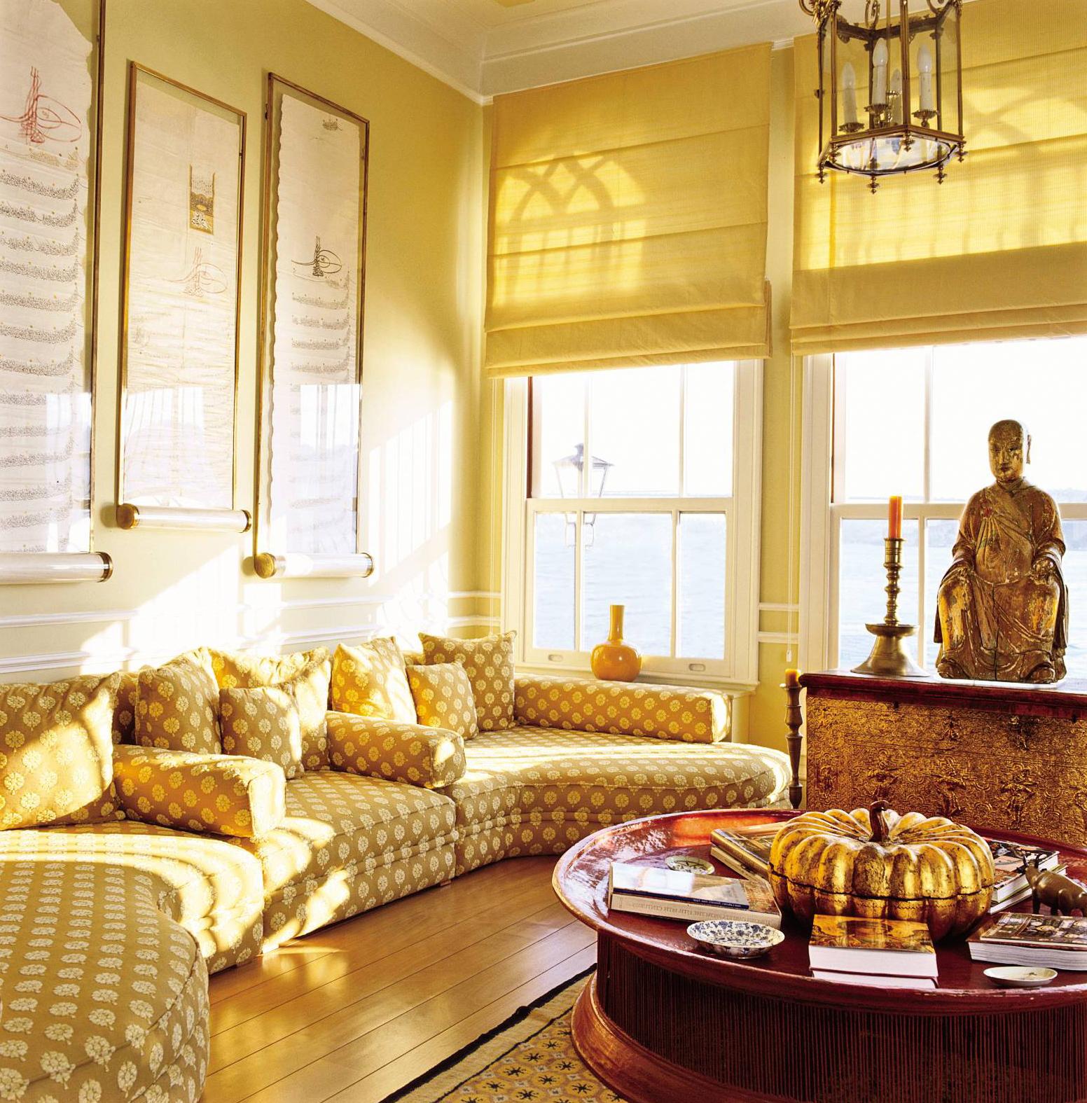 Гостинная в индийском стиле,благодаря цветовому решению, позитивна и жизнерадостна.