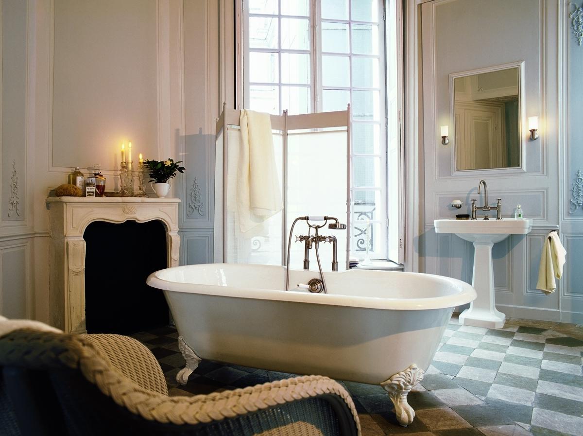 Установка ванны на видное место в дизайне ванных комнат- верный признак интерьера в классическом стиле.