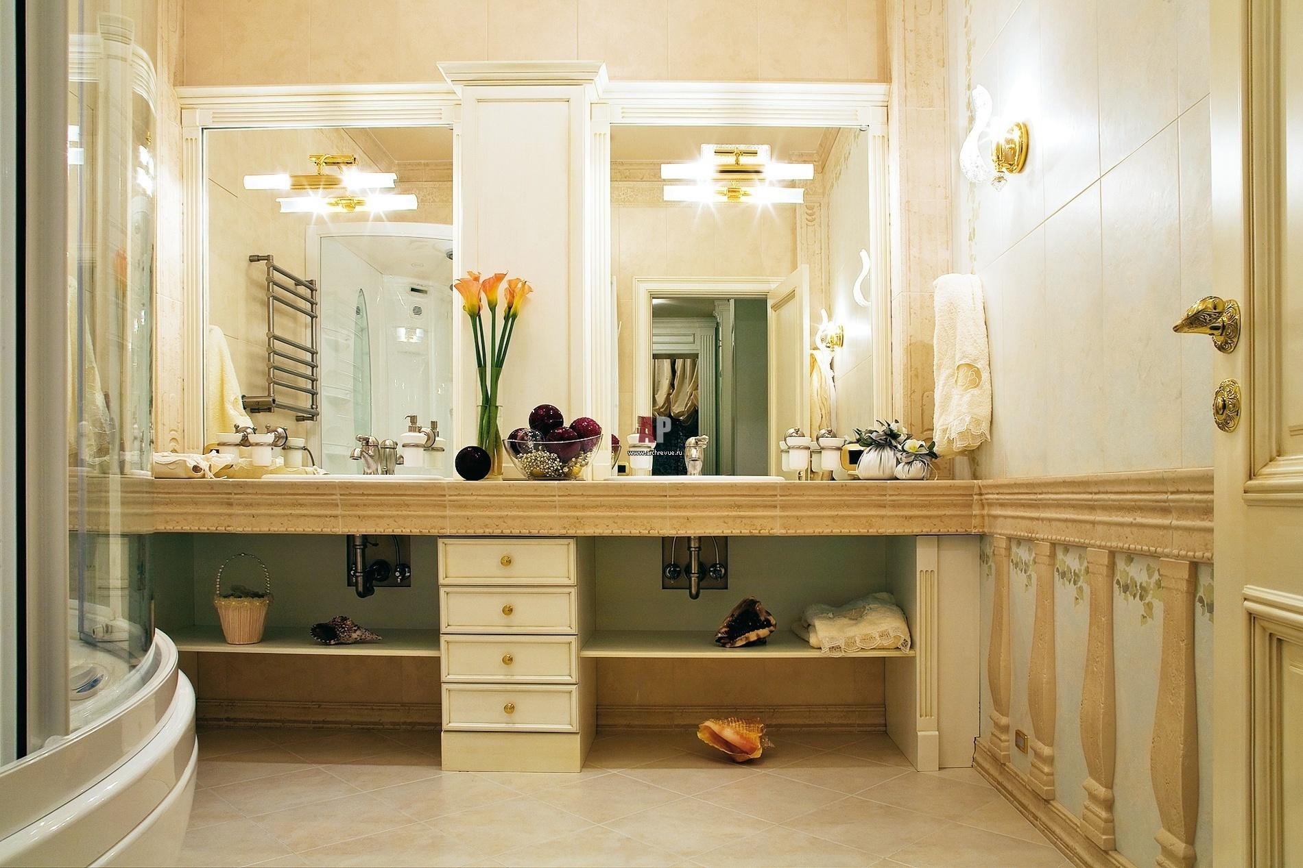 """Классика- это добротная качественная мебель, изящная высокая ванна на """"львиных лапах"""", просторное помещение."""