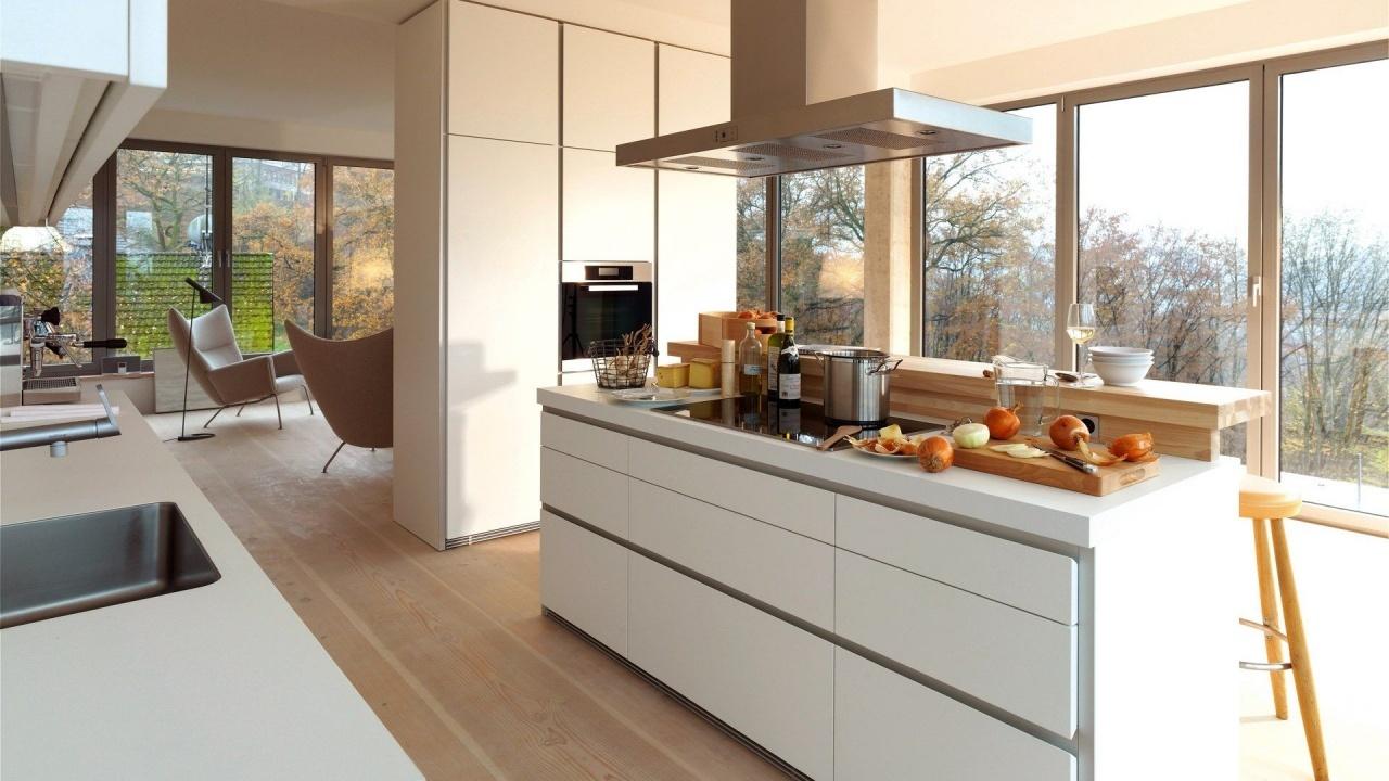 Освещение в помещениях в стиле минимализм подразумевает наличие больших окон для доступа дневного света.