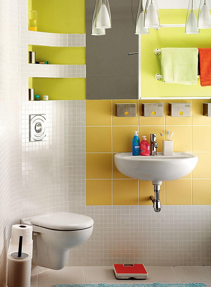 Маленькая ванная? Выбирайте сантехнику светлых оттенков без громоздких, тяжелых ножек и подставок.