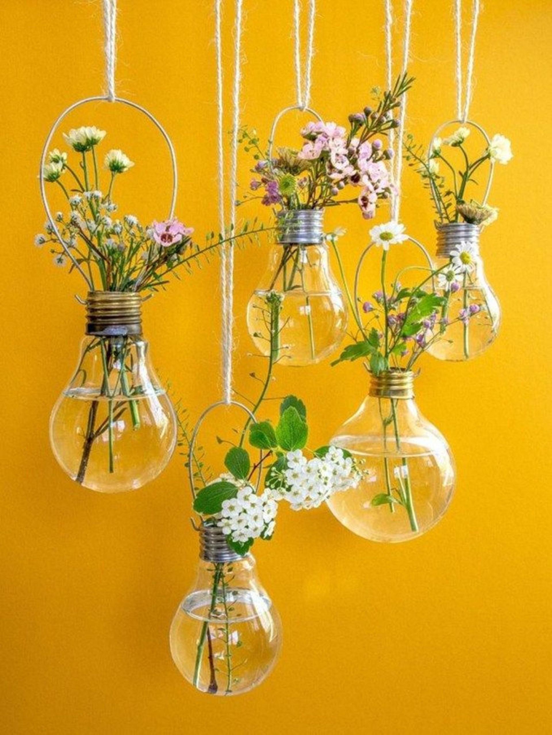 Цветочный декор в подвесных стеклянных сосудах