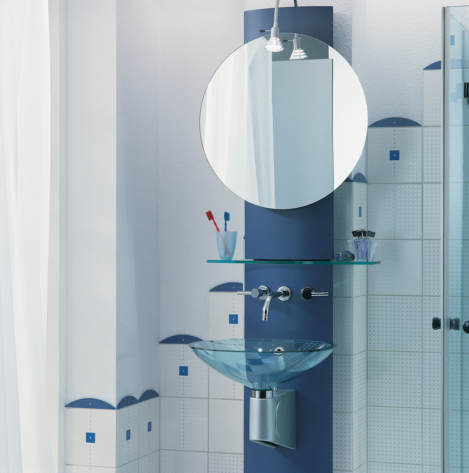 Холодные оттенки голубого цвета, прозрачные аксессуары, хромированные ручки помогут наполнить интерьер ванной светом и воздухом. Стиль hi-tech -хорошая идея!