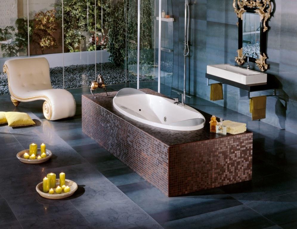 Комбинируйте мозаику с керамической плиткой или деревом. Такие сочетания придают интерьеру средиземноморский, восточный колорит и делают весь облик ванной комнаты более многогранным.