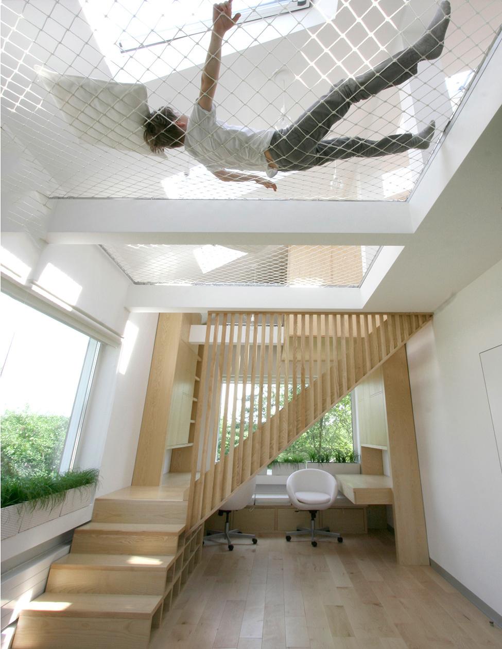 При помощи крепкой сетки, можно организовать себе шикарное место отдыха.