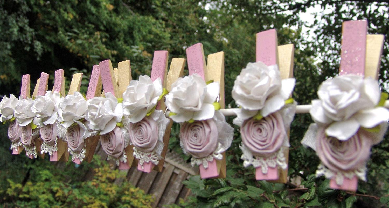 Jформленные розочками в пастельных цветах, бантиками и бусинками, прищепки можно использовать в стиле прованс.