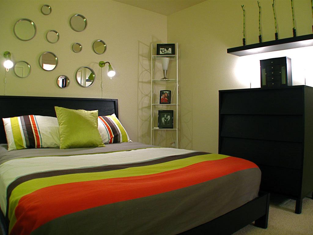 Для спальни в стиле модерн характерны комбинации материалов: дерево и стекло, пластик и природный камень.