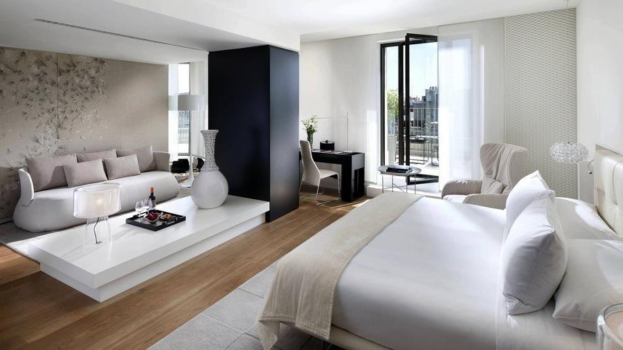 Элементы серебристо-серого,жемчужного цвета и топленого молока значительно улучшают цветовую композицию спальни.