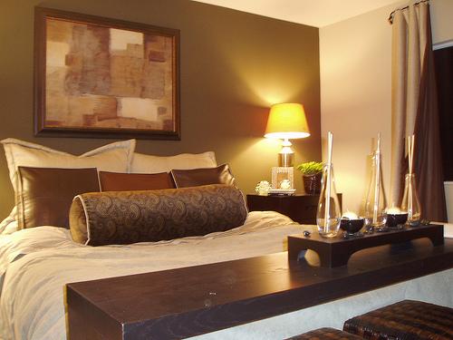 Предлагаем установить низкую кровать вплотную к стене и сделать имитацию изголовья.