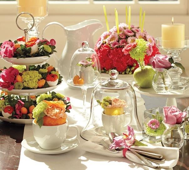 Фруктовницу наполните конфетами и фруктами и украсьте цветами.
