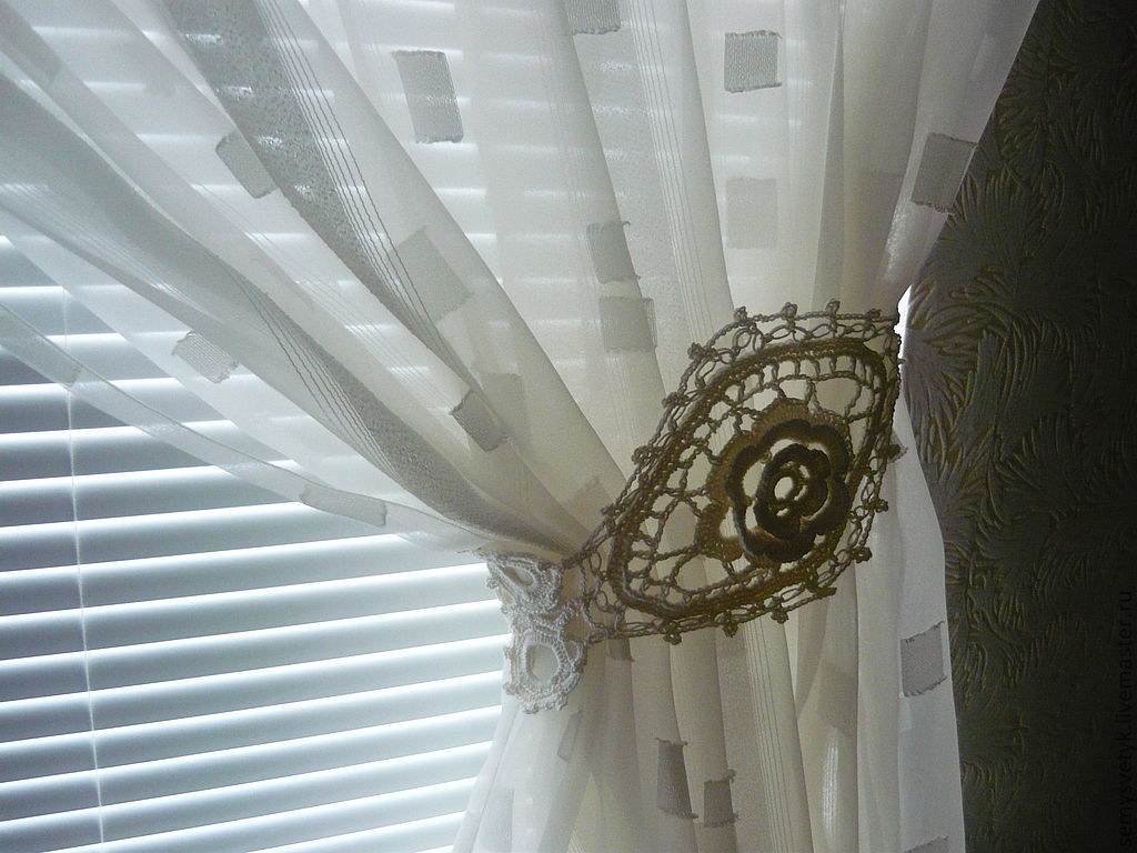 Для тонкой шторы из органзы сшейте подхват из кружева, добавьте жемчужины.