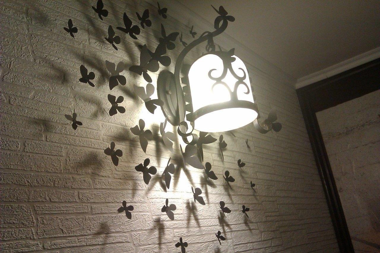 Бабочки могут быть яркими, цветными или однотонными, все зависит от стиля интерьера, в котором вы их будете располагать.
