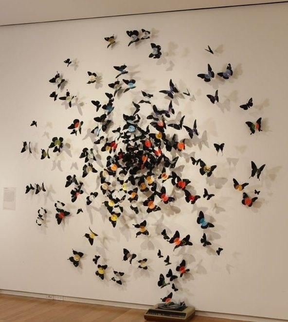 Играйте с цветом и размером бабочек, придайте им направление движения.