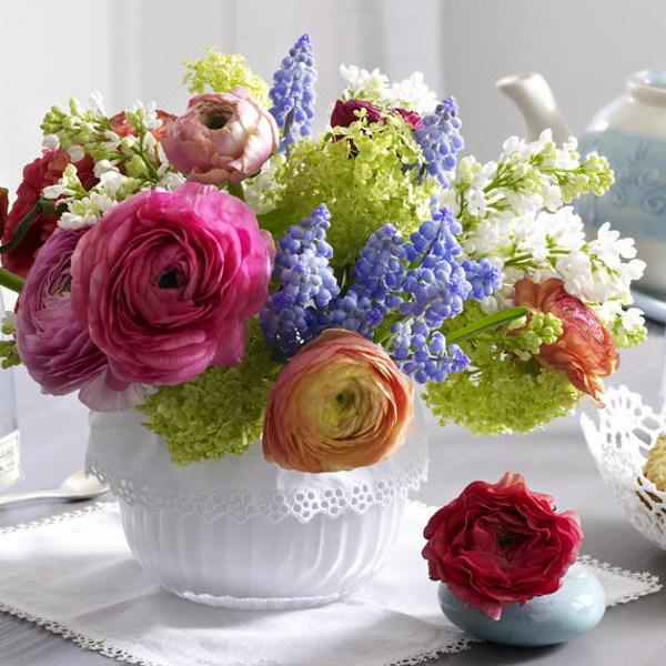 Оформите букет белоснежным кружевным декором.