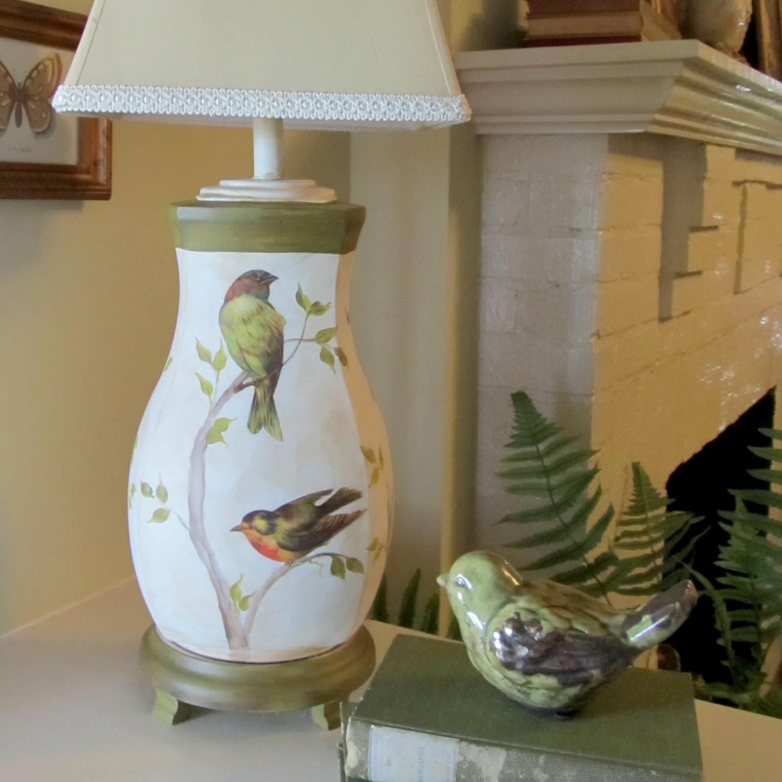 Цветочные, весенние мотивы нанесите на тумбу лампы или абажур.