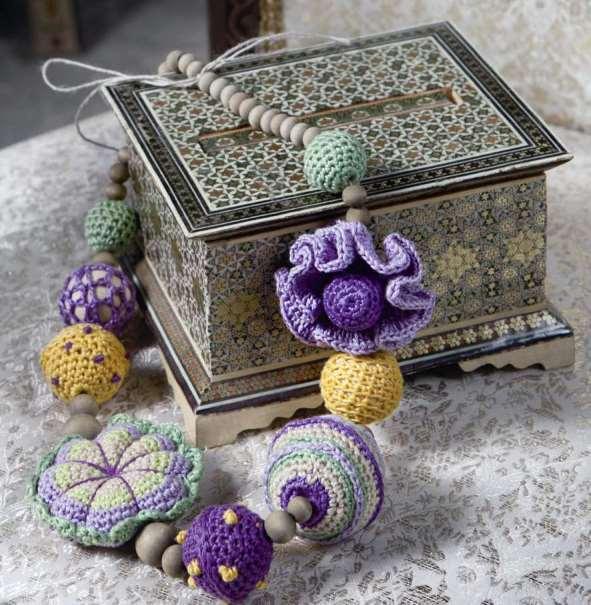 Вязаными гирляндами можно украсить любой предмет мебели, подвесить на стены или использовать , как подхваты для портьер.