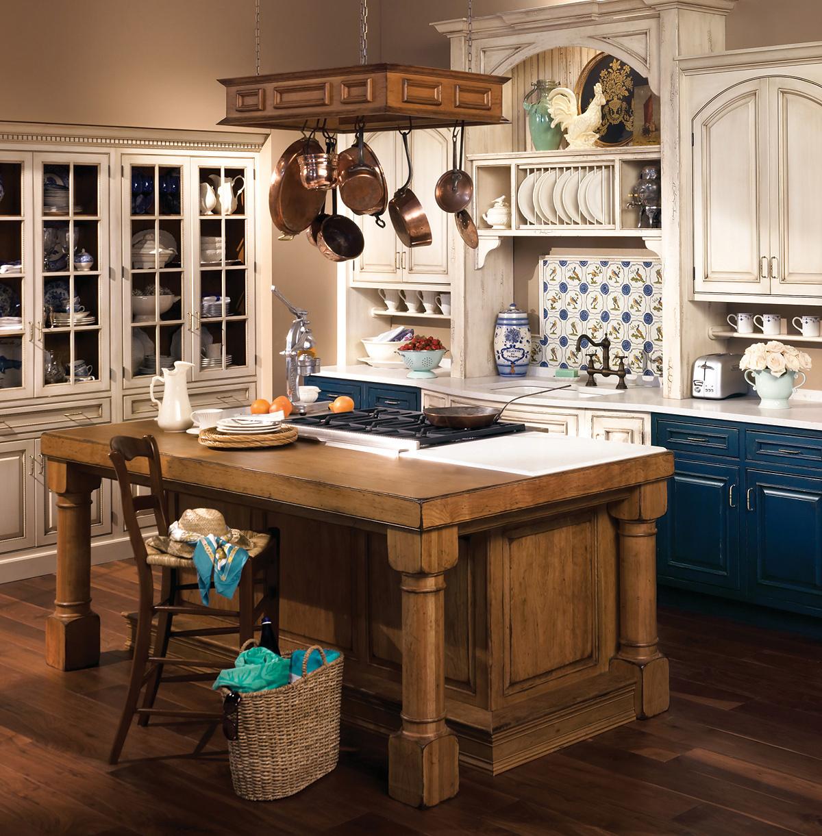 На открытые полки буфета расставьте красивую посуду.