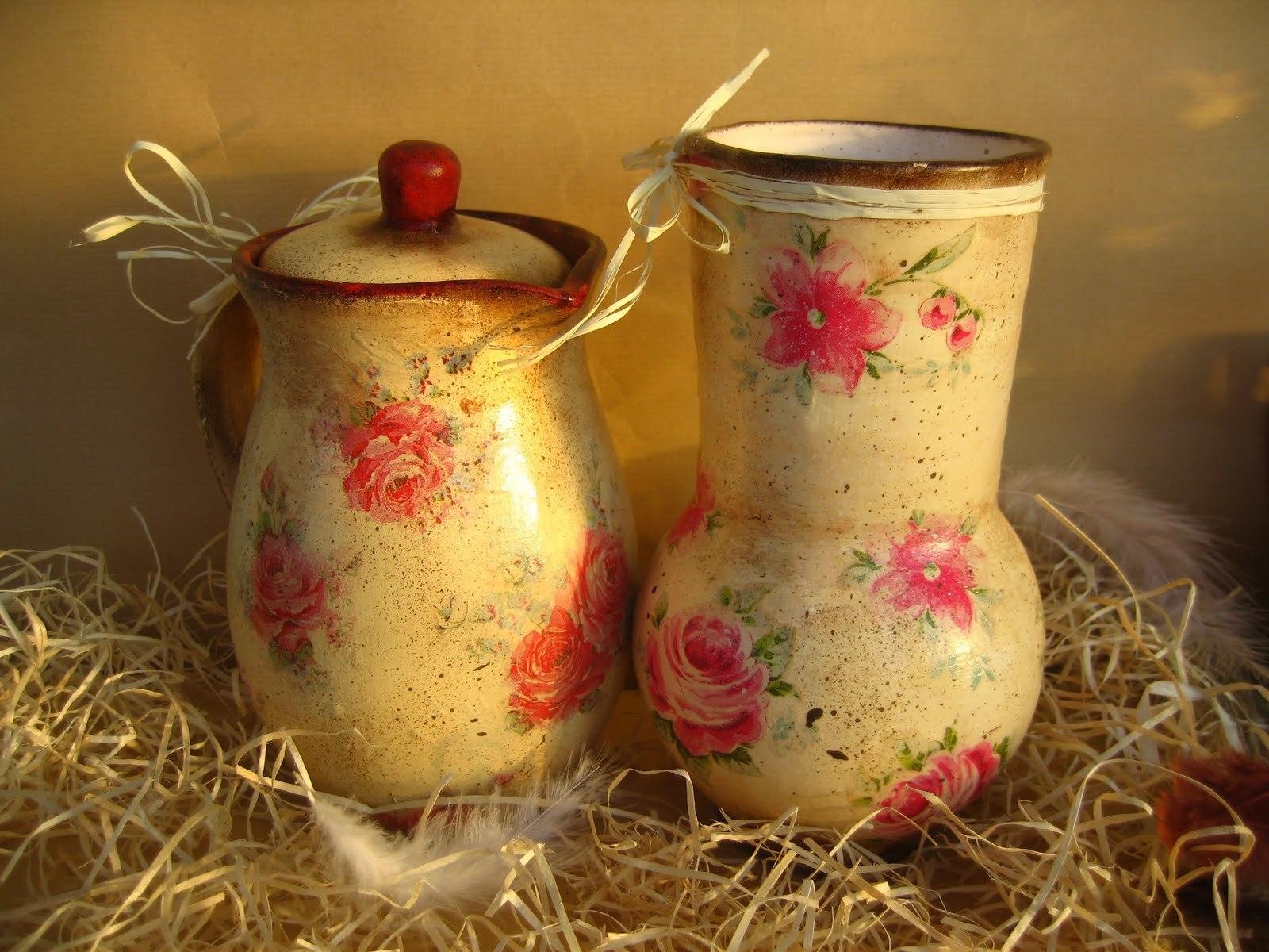 Цветы на посуде и керамических вазах - классика стиля.