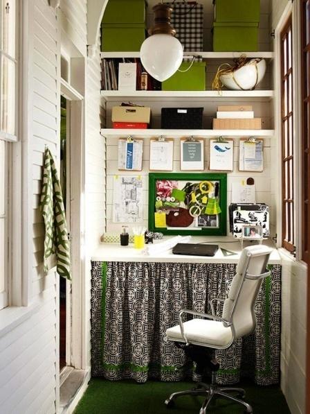 Компьютерный стол и стеллажи для книг и вещей не займут много места.