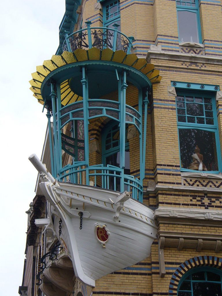 Балкон-парусник, наверняка имеет мебель с полосатыми чехлами, канаты в декоре и аксессуары на морскую тематику.