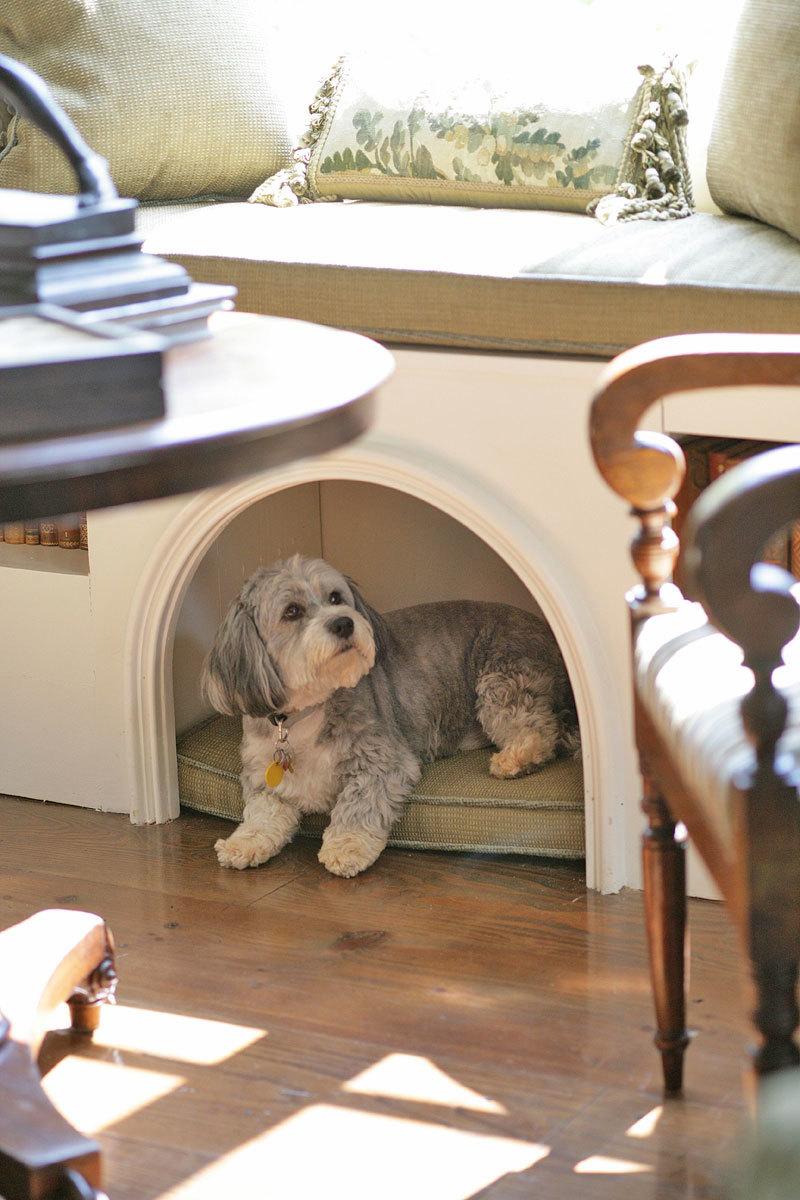 Место для собаки внутри тумбы мягкой мебели. Несколько декоративных молдингов и собачий домик - часть интерьера!