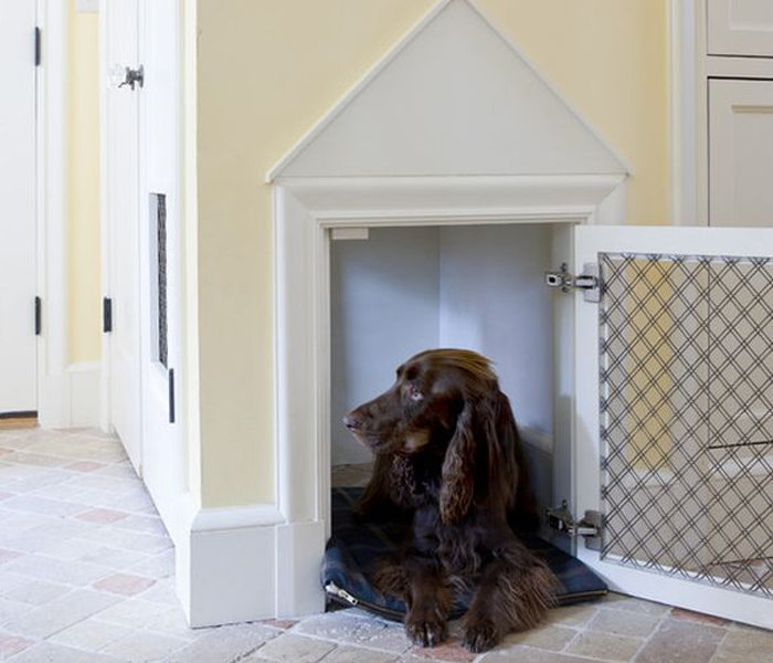 Если в прихожей есть гардеробный шкаф, то нижнее отделение также можно отдать четвероногому другу.
