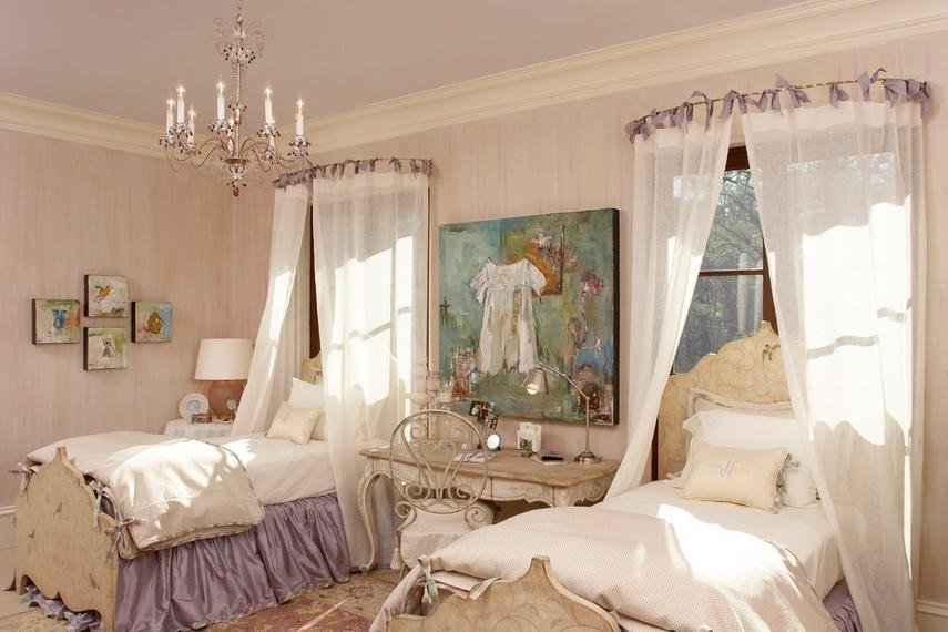 Красивое покрывало для кровати, подушечки, подхваты для штор и чехлы для мягкой мебели станут украшением интерьера.