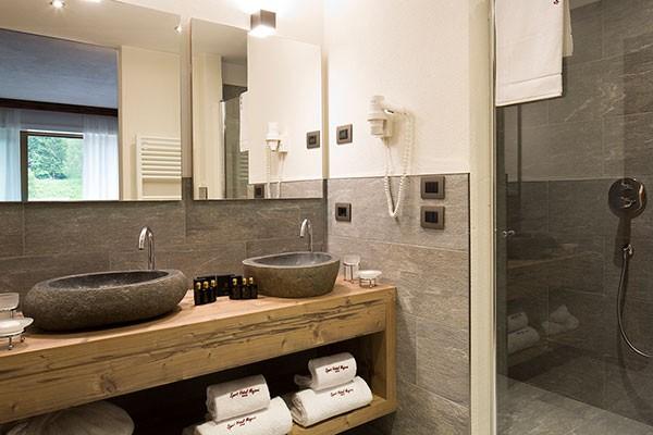 Гибкий камень в отделке ванной