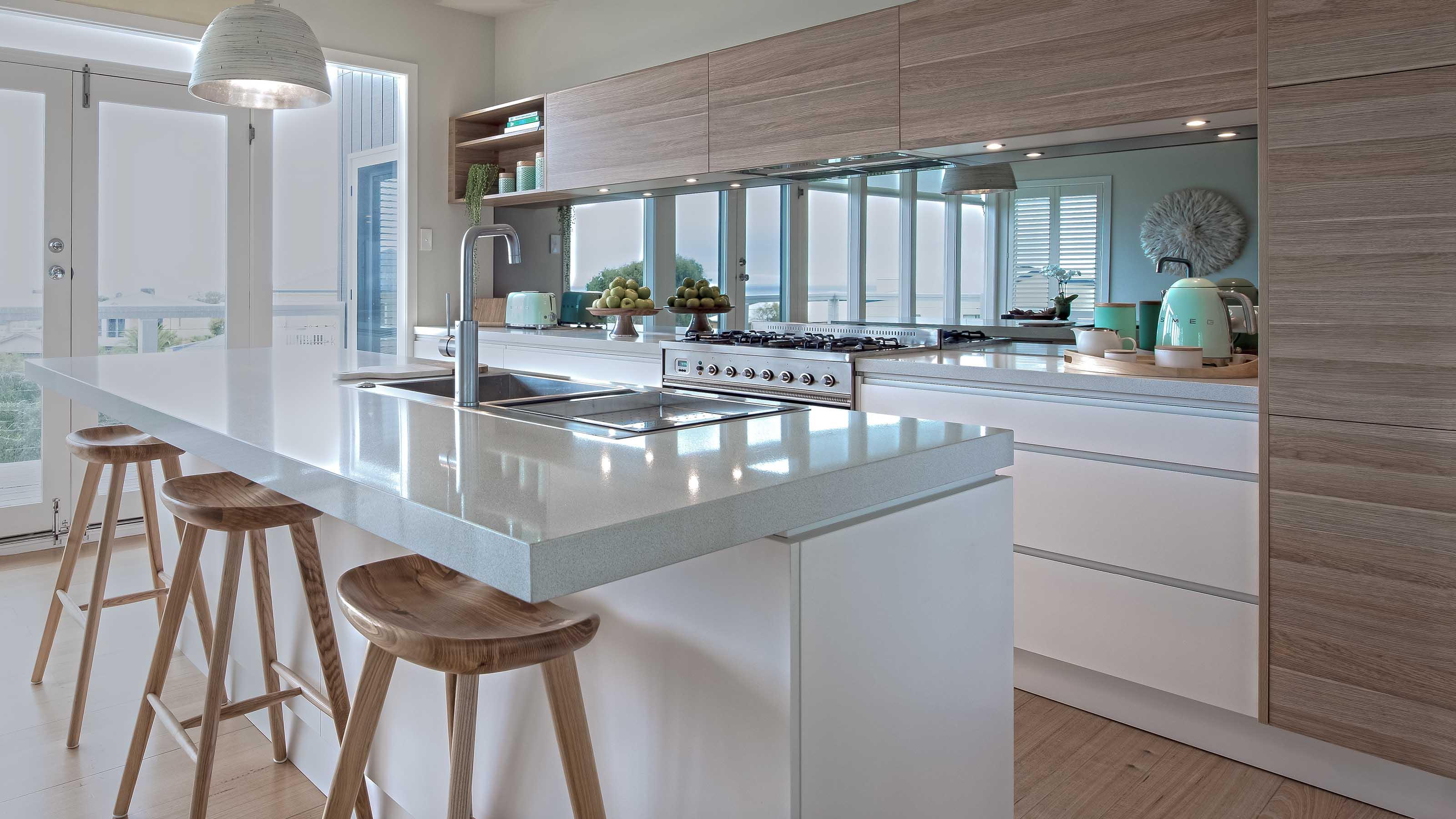 Кухонный фартук из зеркальных панелей