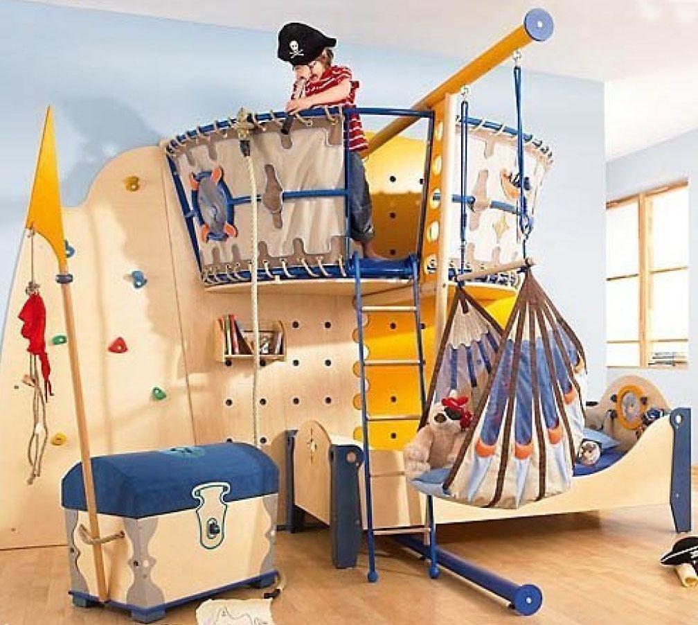 Маленькому юнге понравится идея превратить комнату в корабль.