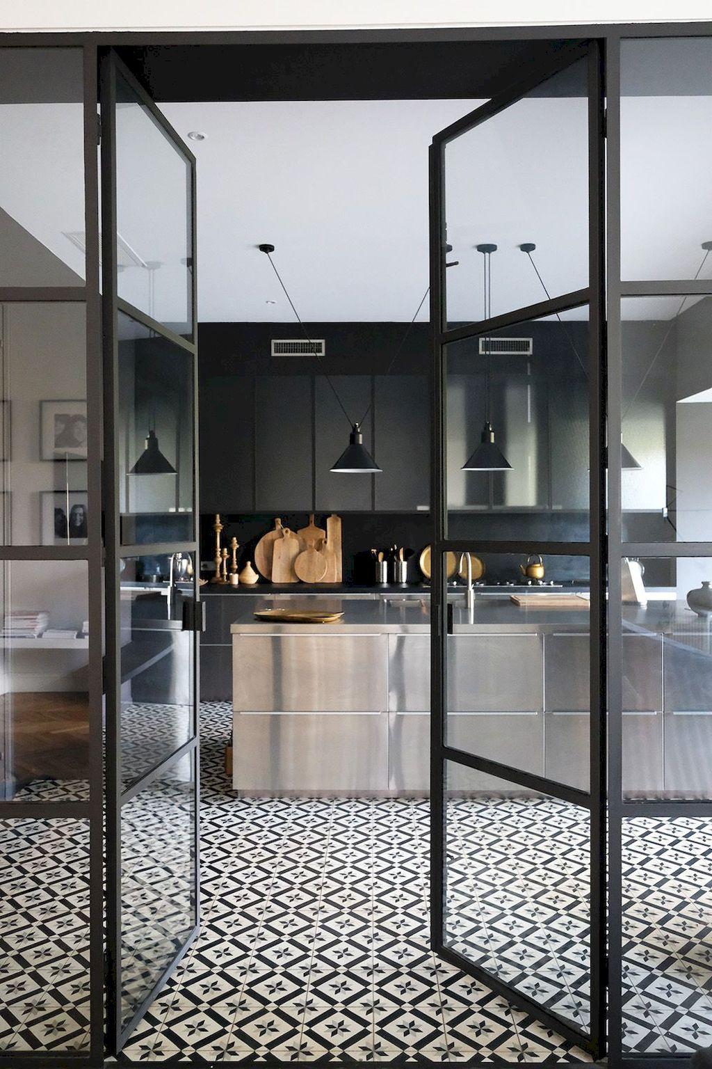 Стеклянные двери в черном дизайне. Кухня