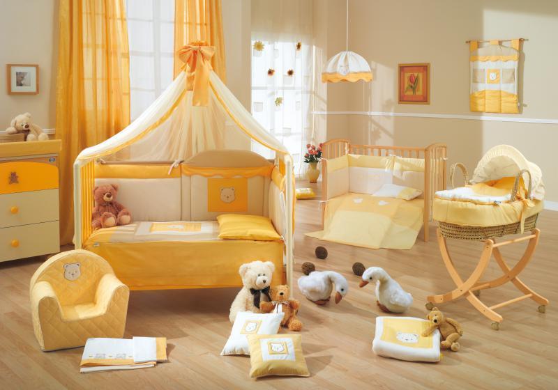 Основной набор мебели для комнаты младенца состоит из кроватки, шкафа или комода, пеленального столика и кресла для мамы.