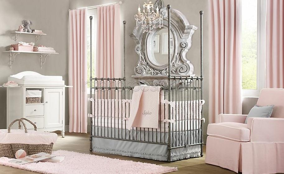 Шикарная люстра, дорогое, эффектное зеркало, кованная кровать и элементы полок...