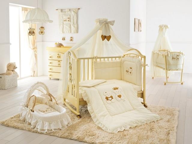 Предпочтение отдаем натуральным материалам для покрывала на кроватку, чехлов для подушек, наматрасника.