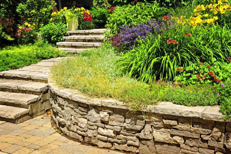 Чаще всего подпорные стенки возводят из известняка, песчаника, кирпича и бетонных блоков.