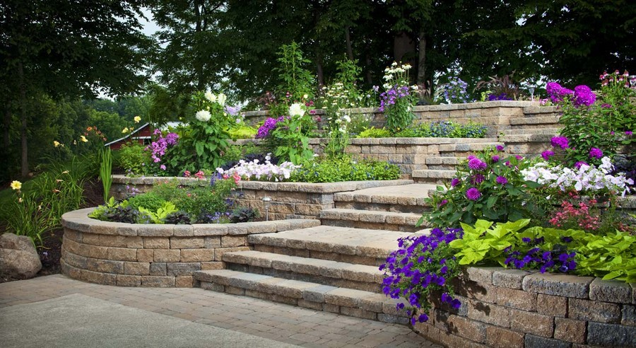 Если терраса довольно длинная или несколько, то рекомендуем вам разредить их различными архитектурными элементами: лестницей, нишами и цветниками, пристенными скамейками.