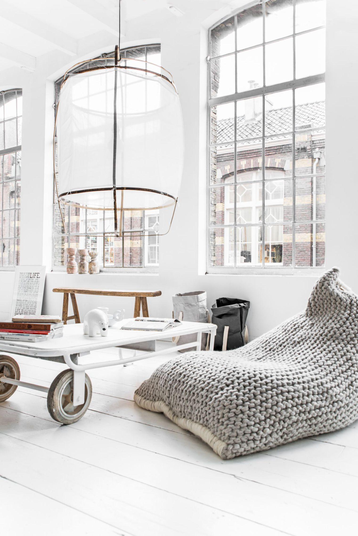 Кресло-мешок с вязанным чехлом в LOFT интерьере