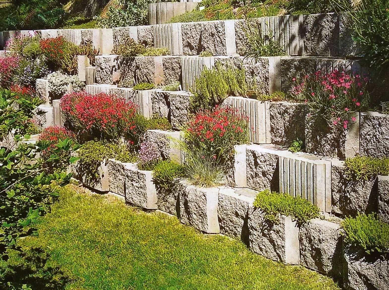 Если участок вашего сада имеет большой уклон, не слишком удобный для озеленения, создайте систему террас.