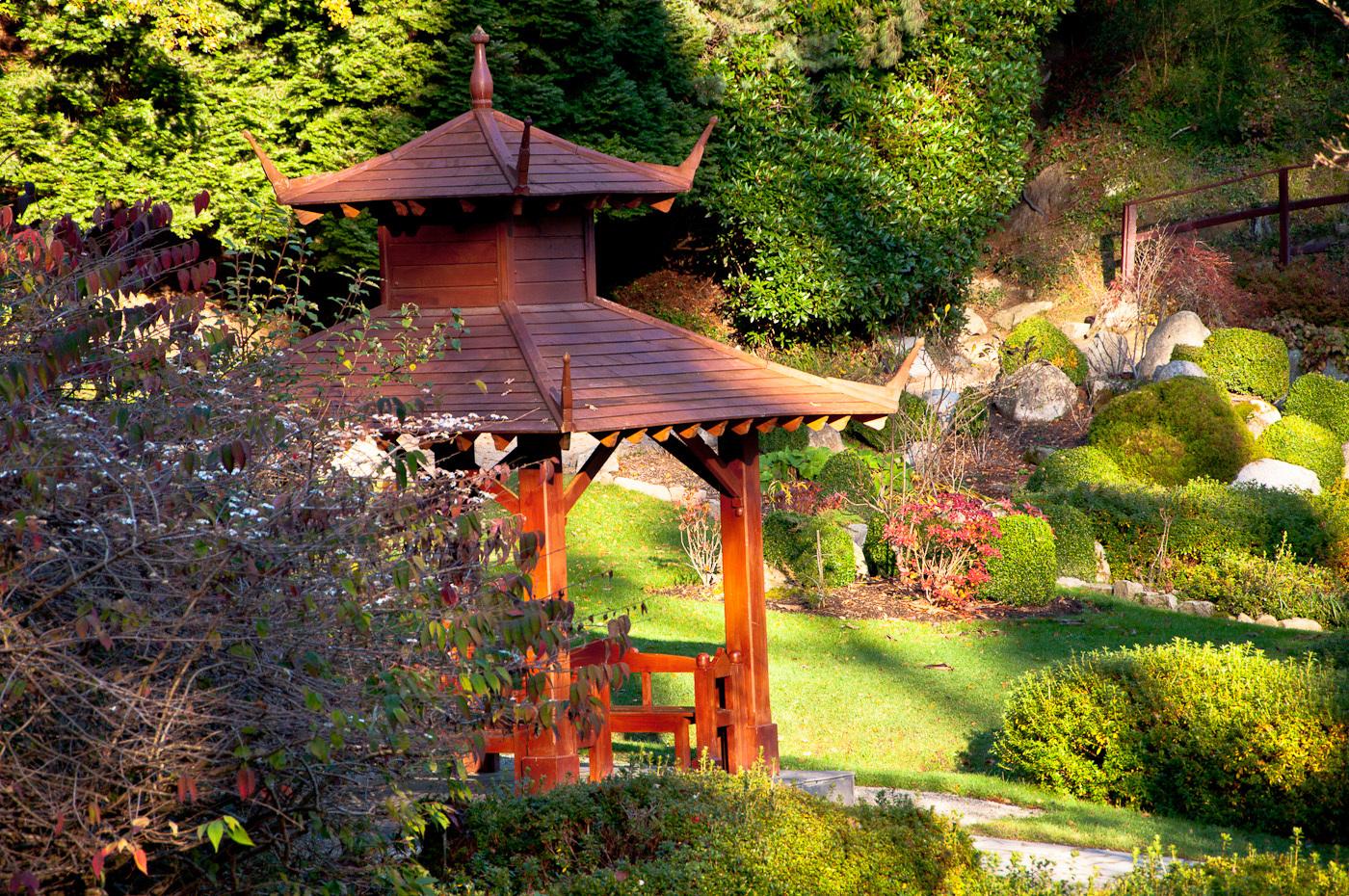 Подчеркнут вашу беседку, посаженные рядом невысокие растения с яркой листвой и необычной формой, рокарий(каменистый сад).